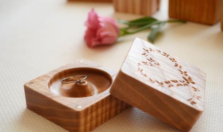Украшения в деревянной коробочке