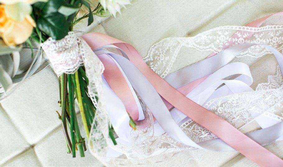 Атласная свадьба: как поздравить, что подарить мужу, жене, родителям