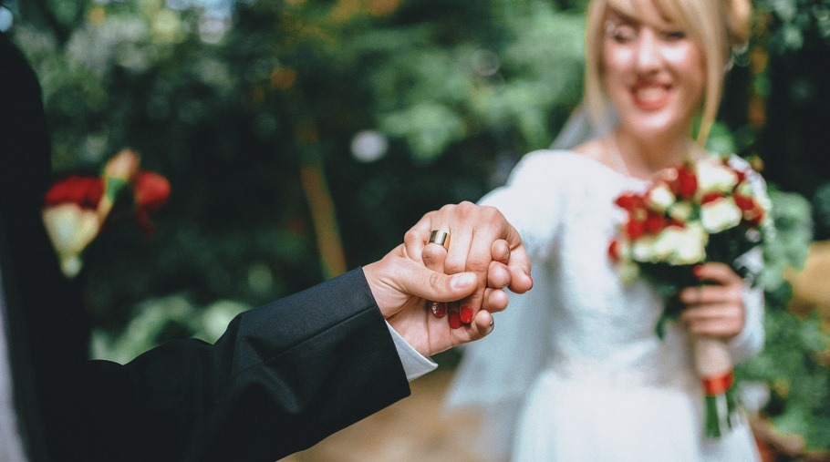 Опаловая свадьба: как отпраздновать, что подарить на 21 год совместной жизни