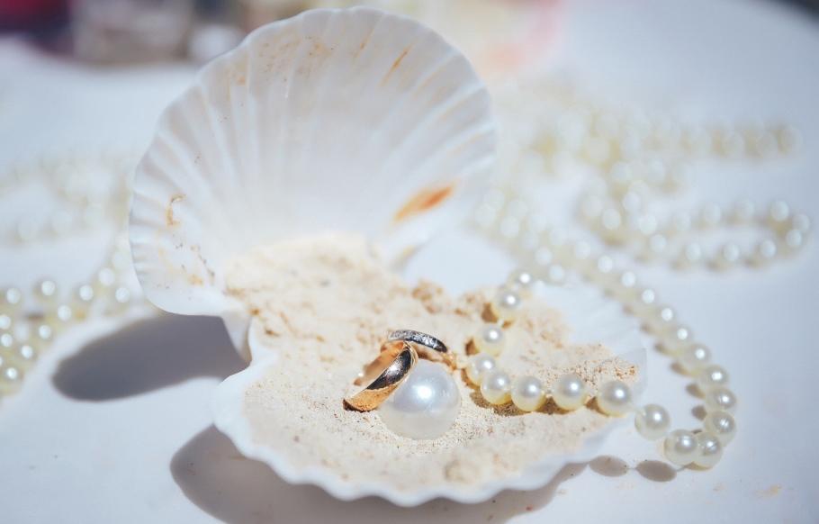 Что дарят на жемчужную свадьбу родителям, супругам, друзьям