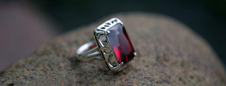Перстень с гранатом