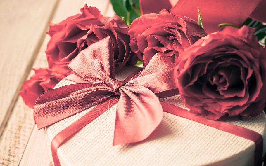 Подарок маме на день рождения: классические и необычные идеи